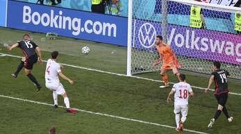 Kroatiens Mario Pasalic nickt kurz vor dem Ende der Partie zum 3:3 gegen Spanien ein.