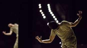"""""""Lieben Sie Gershwin?"""" heißt Marco Goeckes abendfüllende Produktion für Gauthier Dance. Der Reigen von Soli (hier mit Shawn Wu) hatte im Oktober Premiere und ist nun an drei Tagen in einer Aufzeichnung auf dem Youtube-Kanal des Theaterhauses zu erleben."""