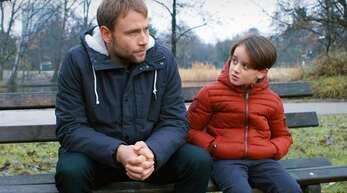 Der Pädophile Markus (Max Riemelt, li.) hat genau das, was er meiden muss: ständigen Kontakt zum kleinen Arthur (Oskar Netzel).
