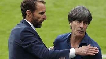 Nach der Gratulation an Englands Coach Gareth Southgate verlässt Joachim Löw (re.) die große Bühne.