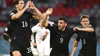 Leon Goretzka (links) jubelt nach seinem Tor zum 2:2 Ausgleich im Spiel gegen Ungarn.