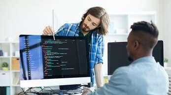Software-Spezialistinnen und -Spezialisten sind enorm gefragt.