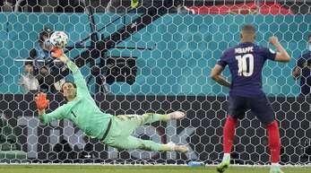 Steht es in einem Spiel auch nach der Verlängerung in der Endrunde der EM Unentschieden, geht es ins Elfmeterschießen (Symbolbild).