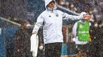 Der Bundestrainer Joachim Löw im Regen – und lange Zeit nahe am frühzeitigen EM-Aus.