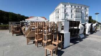 Auf der Uferpromenade vor dem Grand Hotel Heiligendamm stehen Tische und Stühle bereit, die im Außenbereich aufgestellt werden. Das Hotel an der Ostsee, das sich als Gastgeber des G8-Gipfels 2007 einen Namen gemacht hat, hat am 10. Juni nach monatelanger Corona-Pause wieder geöffnet .