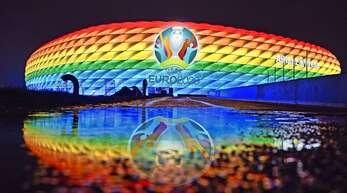 In welchen Farben leuchtet die Münchner Arena beim Spiel gegen Ungarn?