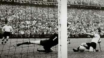 Der Anfang vom Ende für Ungarn 1954: Max Morlock beschert der deutschen Elf den Anschlusstreffer.
