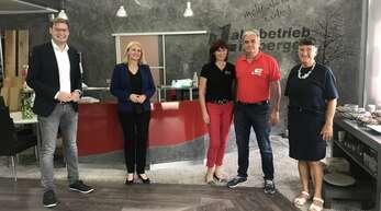 CDU-Bundestagskandidat Yannick Bury (von links) war zu Gast in Mühlenbach mit Bürgermeisterin Helga Wössner, Michaela und Dieter Limberger sowie Gemeinderätin Evmarie Buick.