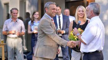 Klaus Jehle nimmt bei seiner Wiederwahl 2013 die Glückwünsche von Franz Klumpp entgegen. In der Mitte Jehles Gattin Nicole.