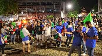 """Der rathausplatz wurde zur Piazza und die italienischen Fans erlebten eine Nacht der Nächte, die sie nach dem Sieg ihrer """"Squadra Azzurra"""" lange nicht mehr vergessen werden."""