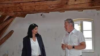 Bürgermeister Wolfgang Hermann zeigte Derya Türk-Nachbaur die sich im Umbau befindliche Kaplanei.
