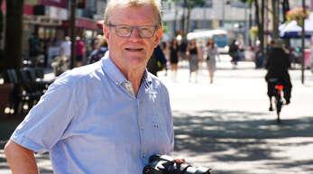 So kennt man ihn: Rolf Hoffmann auf Achse, mitten im Kehler Leben, scheinbar untrennbar mit seiner Kamera verbunden.