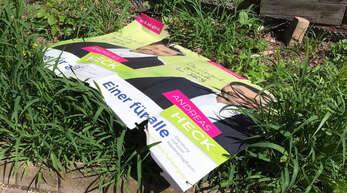 Eines von rund zehn zerstörten Plakaten des Kandidaten Heck.