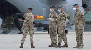 Die Truppe ist zurück: Brigadegeneral Ansgar Meyer, der letzte Kommandeur der Bundeswehr in Afghanistan, beim Einrollen der deutschen Flagge auf dem Luftwaffenstützpunkt Wunstorf in der Nähe von Hannover.