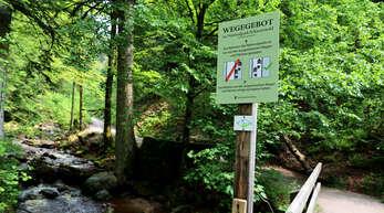 Im Nationalpark Schwarzwald weisen Schilder darauf hin, dass nur die ausgewiesenen Wege und Flächen betreten werden dürfen. Wer querfeldein wandert, verstößt gegen die Regeln in dem geschützten Gebiet.