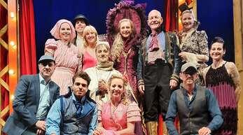 """Stolz auf das neue Musical: das Ensemble von """"Romeo und Julia – das Leben ist eine Bühne""""; links Timo Riegelsberger, rechts André Hajda."""