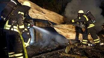 Unter Atemschutz löschten die Feuerwehrkräfte das Feuer in einem Schrebergarten in Marlen.