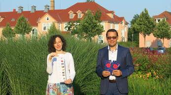 Oberbürgermeister Klaus Muttach und Nicole Reuther, Leiterin des Fachgebiets Kultur, präsentieren den Flyer zum Programmstart am 3. September.