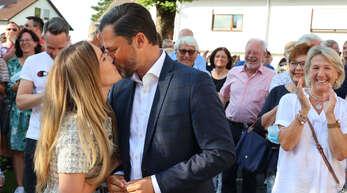 Ein Kuss für den künftigen Bürgermeister – Claudia und Andreas Heck.