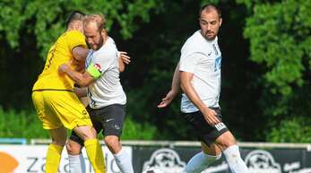 Beim 3:3 gegen den SV Oberachern unterstrich der SC Lahr – hier mit Kapitän Johannes Wirth und Hakan Ilhan – seinen hohen Leistungsstand.