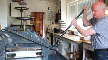 Altes Handwerk mit historischen Maschinen: Josef Wunschs Schneidemaschine hat schon viele Jahre auf dem Buckel und funktioniert immer noch einwandfrei.