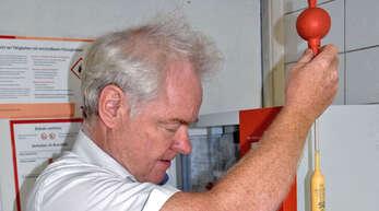 Der Gengenbacher Apotheker Markus Schilli ist in dieser Funktion der einzige im Ortenaukreis, der den Alkoholgehalt von Likören und Spirituosen als Grundlage für die Besteuerung ermittelt.