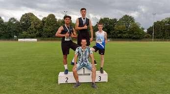 Gold, Silber und Bronze für die U16-Athleten des TV Haslach (von links): Yanneck Totzke, Elias Fischer und Tim Krüger mit TVH-Trainer Frank Schmider (vorne).