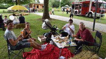 Prost: Rund 200 Willstätter ließen es sich beim Picknick an der Kinzig gut gehen.