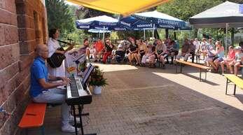 Der Gottesdienst am Bonifazhof wurde musikalisch mitgestaltet von Martin Schoch am Keyboard und Personalreferentin Lioba Jörg an der Gitarre.