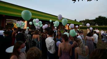 88 Luftballons stiegen als symbolischer Akt des Loslassens in den Acherner Abendhimmel.