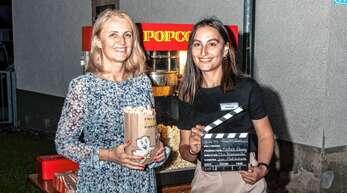 Bürgermeisterin Helga Wössner (links) und Elif Sisman vom Bürgerbüro hatten viel Spaß bei dem Kinoabend.