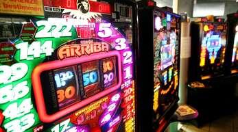 Ein Casino- und Bistrobesitzer musste sich vor dem Kehler Amtsgericht verteidigen, weil er nicht nur einen Spielautomaten zu viel aufgestellt, sondern auch zwei Geräte manipuliert haben soll.