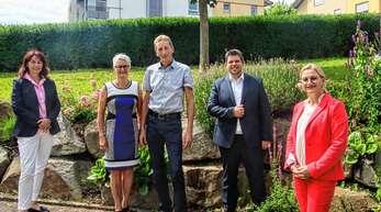 Verabschiedung: Schulamtsdirektorin Gabriele Weinrich (von links), Karin und Heinz Baumann, Bürgermeister Andreas König und Schulaufsichtsbeamtin Frederique Kerker.