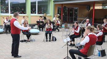 Der Musikverein Griesheim spielte unter der Leitung von Dirigent Matthias Rosa auf dem Pausenhof der Griesheimer Schule.