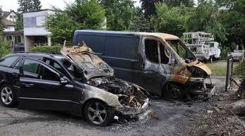 Diese beiden Fahrzeuge wurden innerhalb einer Woche im Bädleweg in Lahr angezündet. In der Nacht zum Dienstag brannte ein weiteres in der Schubertstraße, 200 Meter davon entfernt. Von Brandstiftung geht die Polizei aus.