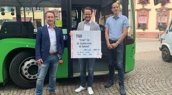 """Reno Beathalter (TBO, von links), Oberbürgermeister Marco Steffens und der städtische Verkehrschef Thilo Becker präsentierten das """"Einer""""-Ticket."""