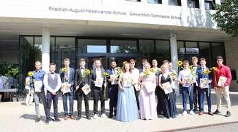 Klassenweise stellten sich die Abiturienten des TG Offenburg zum Foto auf. Hier ist die Klasse TG13-3 mit Sonnenblumen zu sehen.