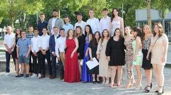 Auch an der Theodor-Heuss-Realschule erfolgte die Übergabe der Abschlusszeugnisse klassenweise. Rechts oben ist die Schulbeste Adelina Burakov zu sehen.