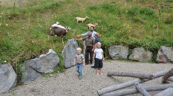 """Das Begegnungsgehege """"Mensch und Tier"""" wurde von Bürgermeister Matthias Bauernfeind (hinten), Ziegenbesitzer Bernhard Reitsamer und den ersten Gästen eingeweiht."""