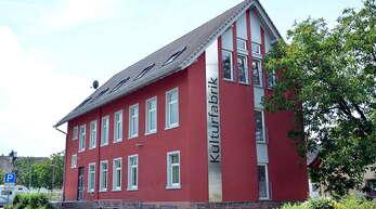 """Seit 2005 gibt es in Goldscheuer die """"Kulturfabrik"""". In dem 1899 erbauten Gebäude wurden bis etwa 1935 Zigarren produziert, dann die billigeren Stumpen hergestellt. Etwa 1965 wurde auch diese Arbeit eingestellt."""