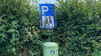Bild von unserem Wald-Parkplatz.- Dieser Behälter ist nicht für Hausmüll aufgestellt sondern für Wanderer oder Radfahrer