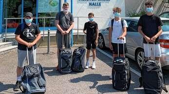 Luca-Toni Tomasulo, Nico Reinbold, Sam Listar, Emil Ketterer und Jan Ecker (von links) von der SG HLT vor der Halle der Sportschule Steinbach.