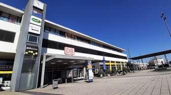Kommt eine öffentliche Toilettenanlage im Bahnhofsgebäude - zur Verfügung gestellt von Jürgen Grossmann - oder ein öffentliches WC auf dem Bahnhofsvorplatz?