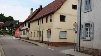 Die beiden mittleren Häuser werden abgerissen, dazu wird die Renchtalstraße Richtung Oberkirch gesperrt.