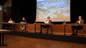 Hartmut Felsch, Peter Bercher, Oberbürgermeister Matthias Braun und Dr. Stefan Karrer (von links nach rechts) präsentieren unter anderem mit Sachberatern den geplanten Umbau.