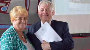 Mit einer Urkunde des Landes Baden-Württemberg verabschiedete Schulleiterin Karin Kessel ihren Konrektor Siegfried Peter in den Ruhestand.
