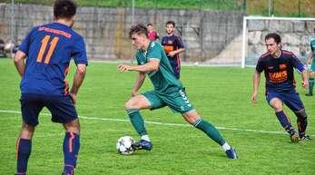 Kaum zu halten: Rückkehrer Claudius Bührer (M.) aus der Freiburger Fußballschule zeigte in seinen wenigen Punktspielen 2020 für den SV Mühlenbach seine herausragenden Qualitäten mit fünf Treffern und zahlreichen Torvorlagen.