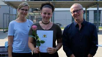 Die Schulbeste Mara Vogt (Mitte) mit den Lehrern Sophie Holzhauer und Gereon Niekamp