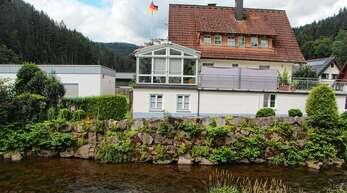 Die Bachmauer an der Wolf in Schapbach ist in keinem guten Zustand und soll daher saniert werden.