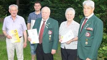 Ehrung beim Schützenverein. Hinten Andreas Hauer und vorne (von links) Rolf Blechner, Oskar und Rosemarie Lochbühler mit dem Vorsitzenden Dieter Hauer.